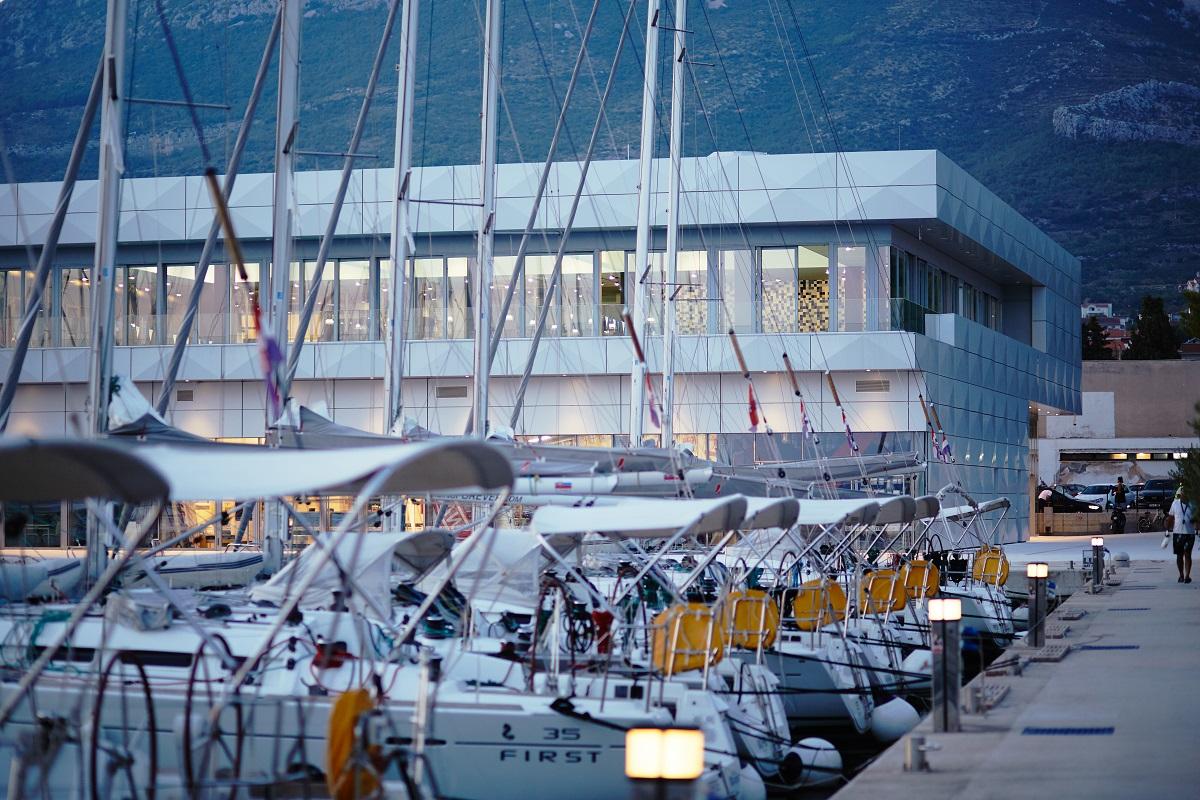 https://www.marina-kastela.hr/wp-content/uploads/2019/02/bazen-marina-kaštela-pogled-s-juga.jpg